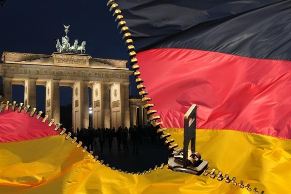 Brandenburger Tor und deutsche Flagge als Symbol für die Wiedervereinigung